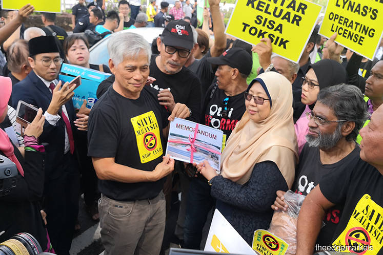Rival groups stage rally on Lynas