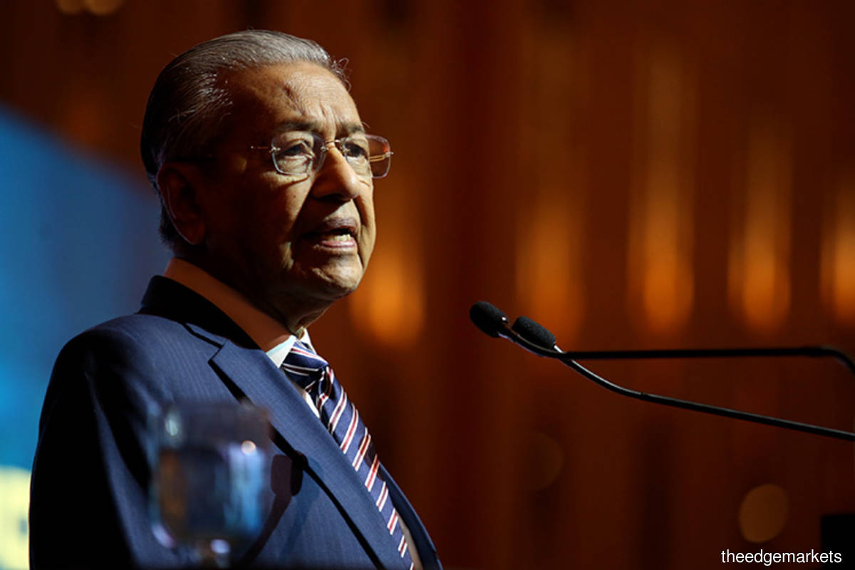 Dr M gives thumbs up after taking Covid-19 vaccine