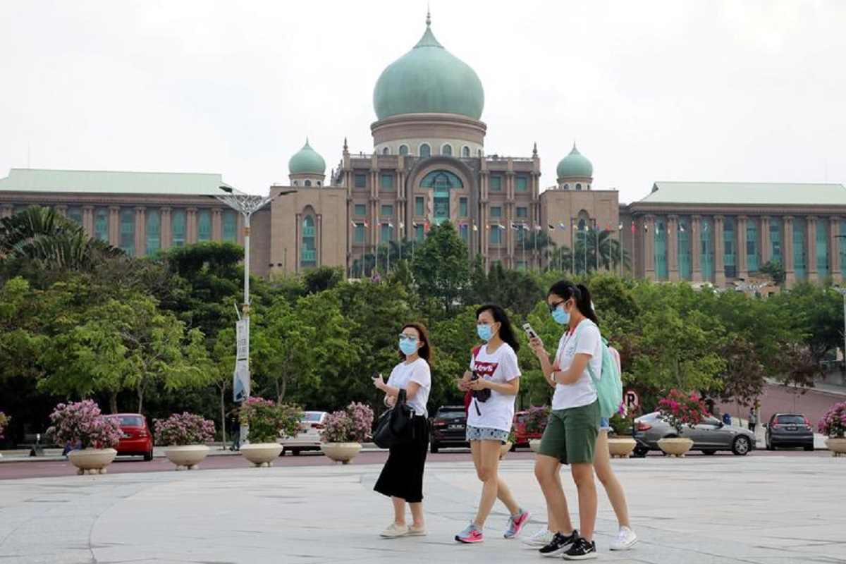 Tourists wearing masks pass by Malaysia's Prime Minister's Office in Putrajaya, Malaysia Jan 28, 2020. (File photo by Reuters)