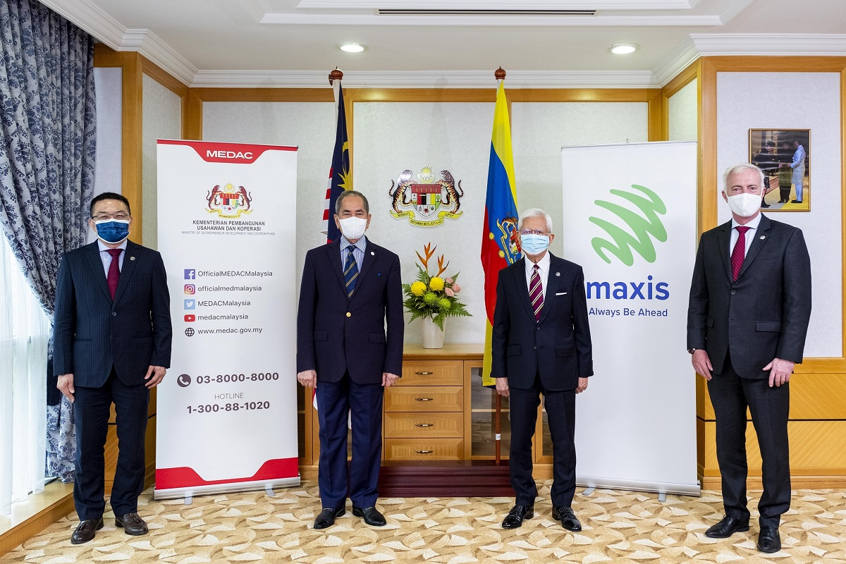 (From left): Maxis head of enterprise customer experience and commercial management Tan Cheong Tatt, Minister of Entrepreneur Development and Co-operatives Datuk Seri Wan Junaidi Tuanku Jaafar, Maxis chairman Raja Tan Sri Arshad Raja Tun Uda and Maxis chief enterprise business officer Paul McManus. (Photo by Maxis)