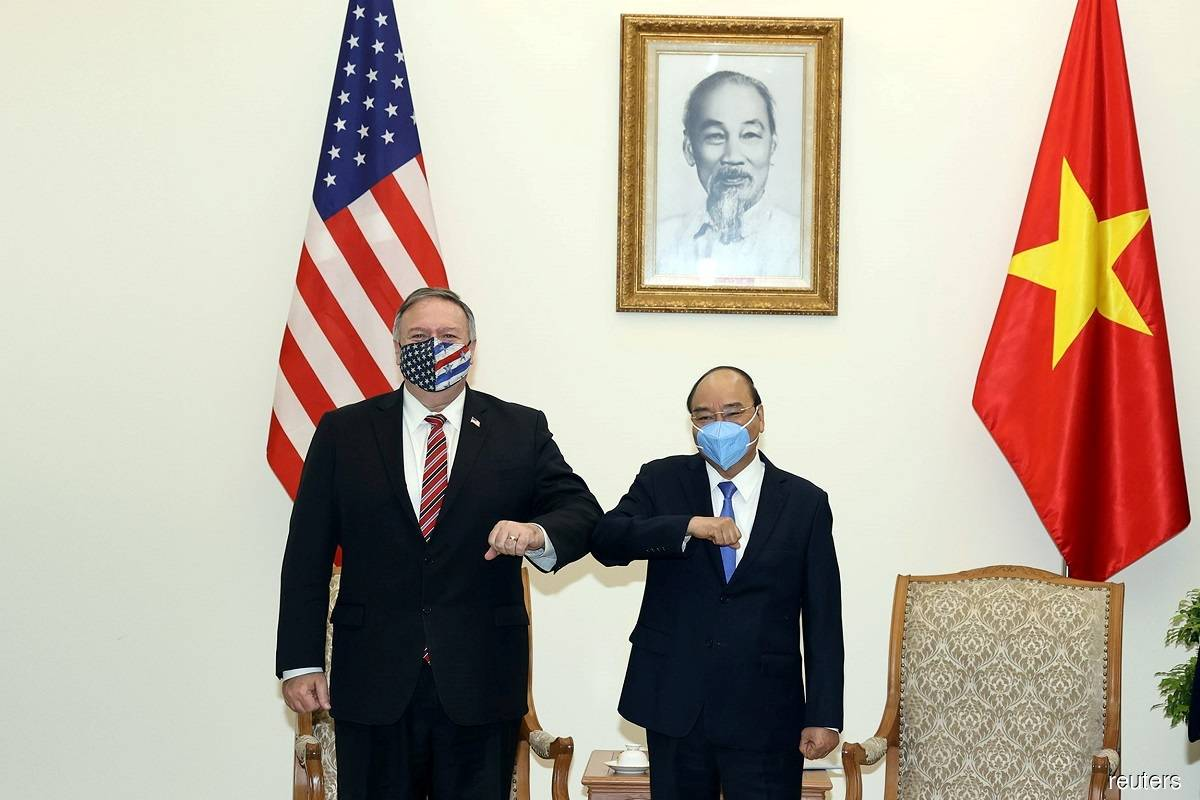 Mike Pompeo (left) and Nguyen Xuan Phuc (right)