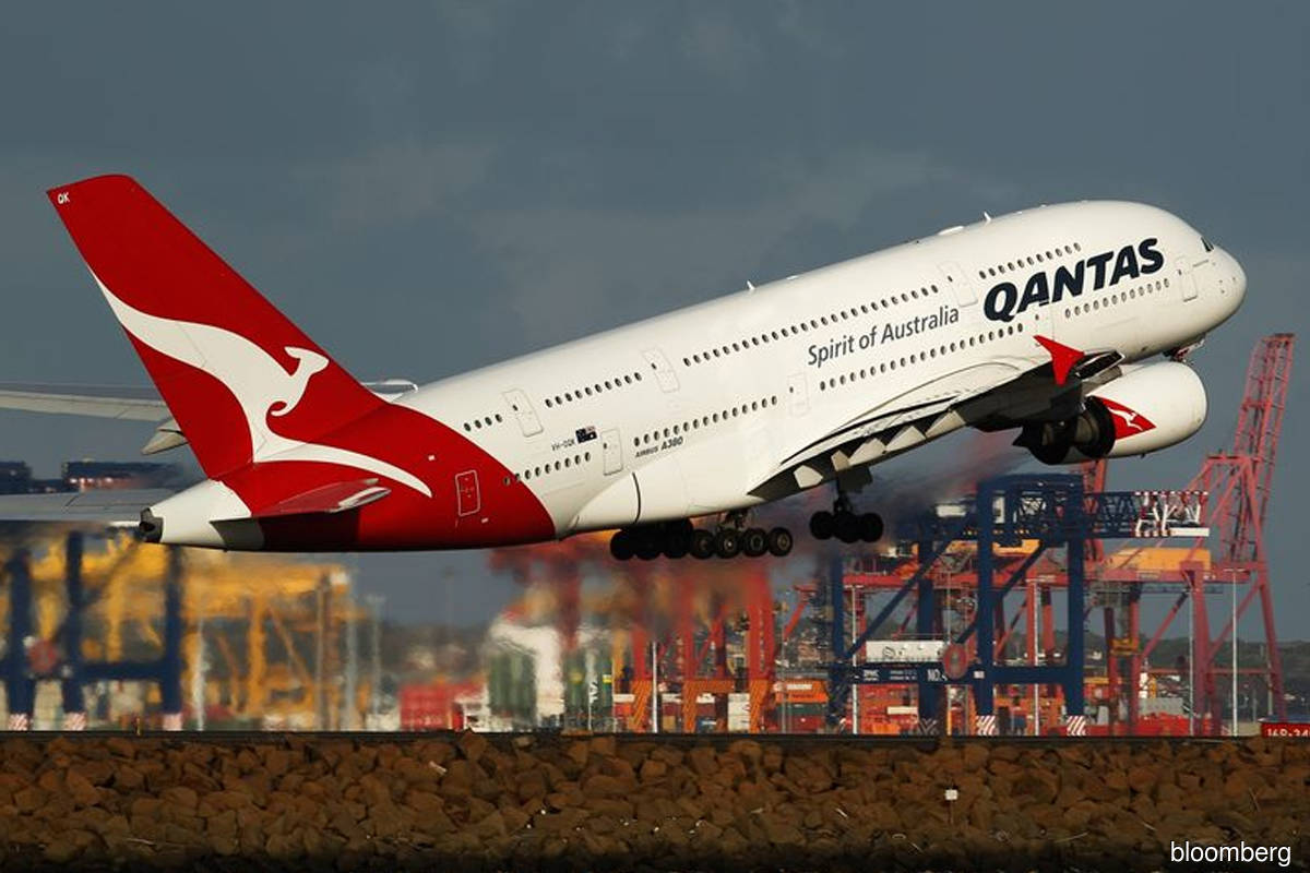Pandemic-hit Qantas weighs new pay structure to keep key executives