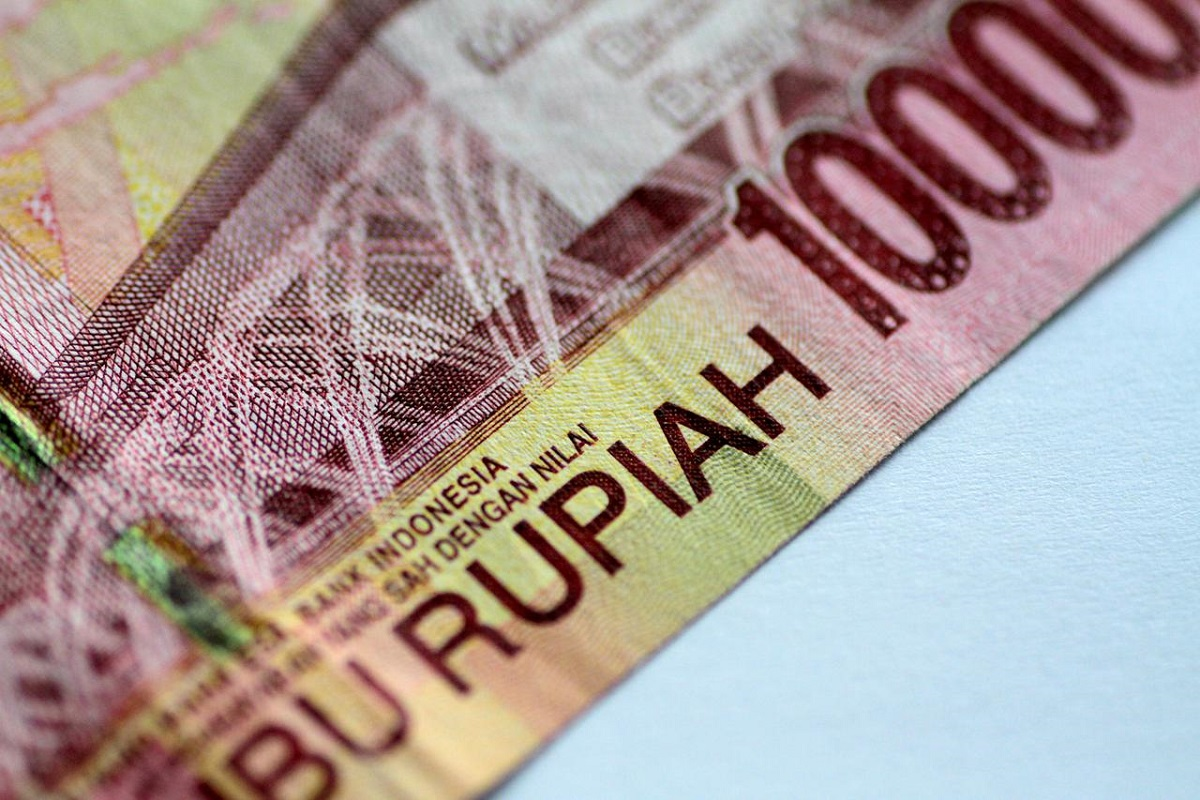 Rupiah inches up, shares fall as Bank Indonesia stands pat