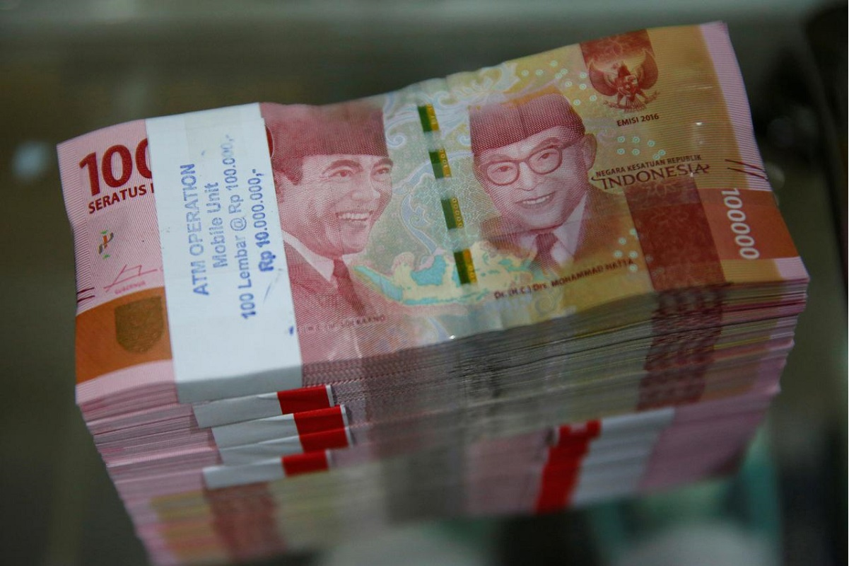 US dollar gains holds back Asian currencies, rupiah down most