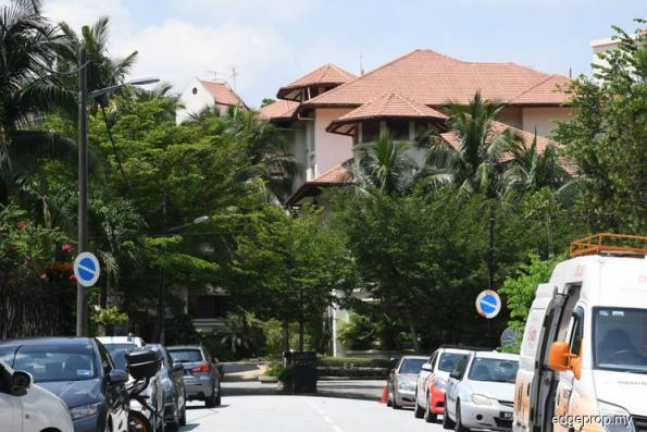 Police spotted at Najib's Taman Duta home