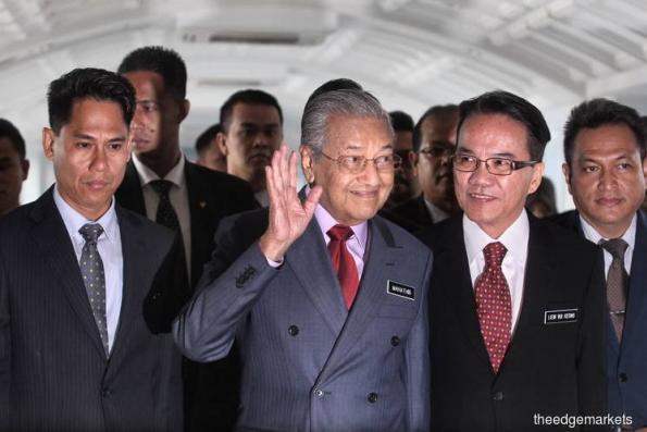 Dr M describes opposition's walkout as 'Sandiwara'