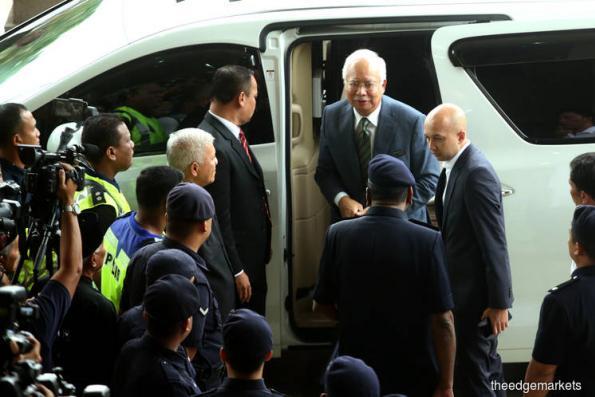 纳吉抵达吉隆坡法庭大厦