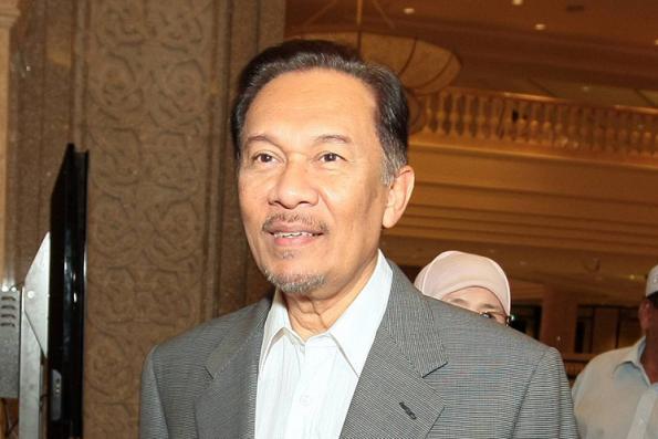 Anwar pokes fun at media over silence in presence of Mohamed Azmin, Rafizi