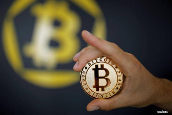 Bitcoin soars past US$8,000