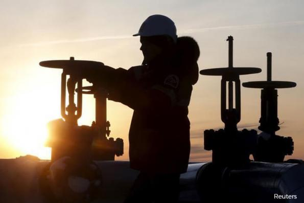 Oil rises 1% on weaker dollar, but U.S. drilling drags