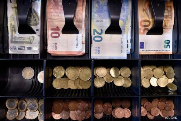 Euro slips as German coalition crisis deepens, Mexican peso firms