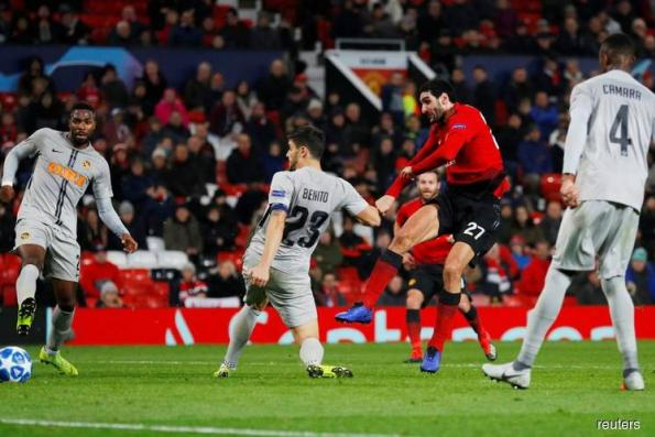 United qualify after controversial late Fellaini winner