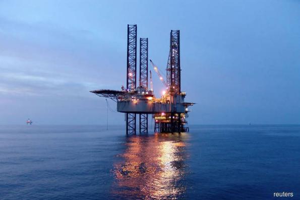Oil falls on US stocks rise, weaker economic outlook