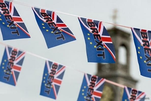 Britons would narrowly back remaining in the EU -poll of polls