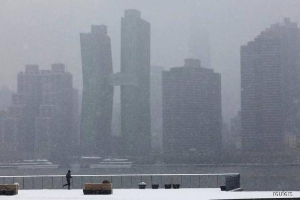 Snowstorm hammers U.S. Midwest, hundreds of flights canceled