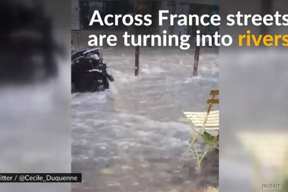 At least 5 people killed in flashfloods in southern France, waters rising