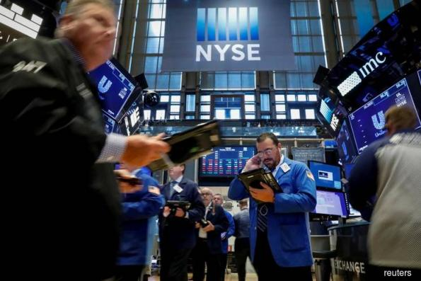 S&P 500, Dow edge down as oil prices, trade worries weigh