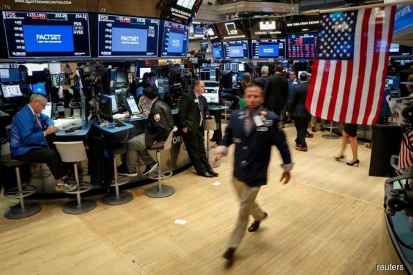 Wall St rises with Apple, easing trade concerns