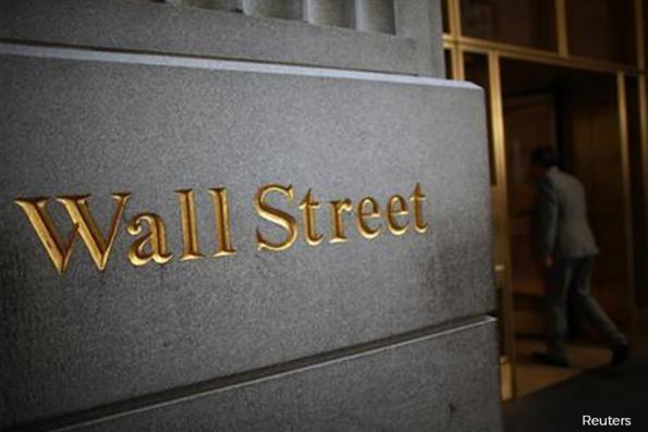 Wall St drops as bank earnings fail to cheer, media stocks drag