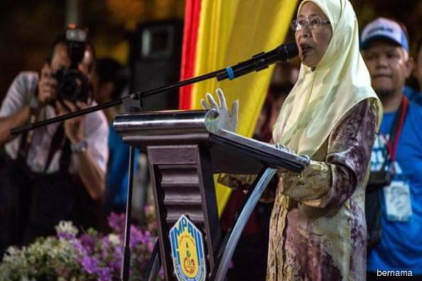 Wan Azizah starts work as Malaysia DPM