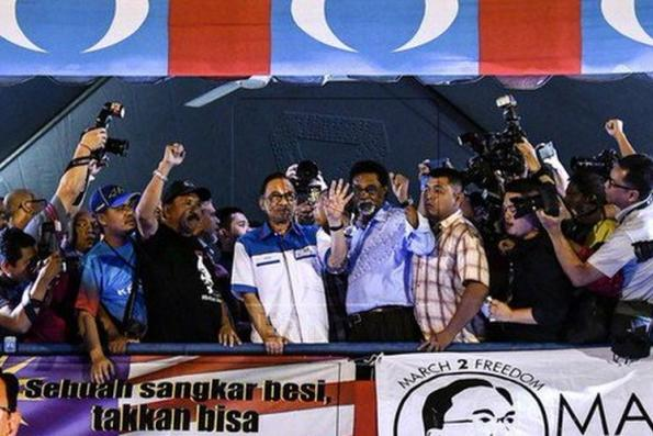 Give full backing to Mahathir,  Anwar tells supporters