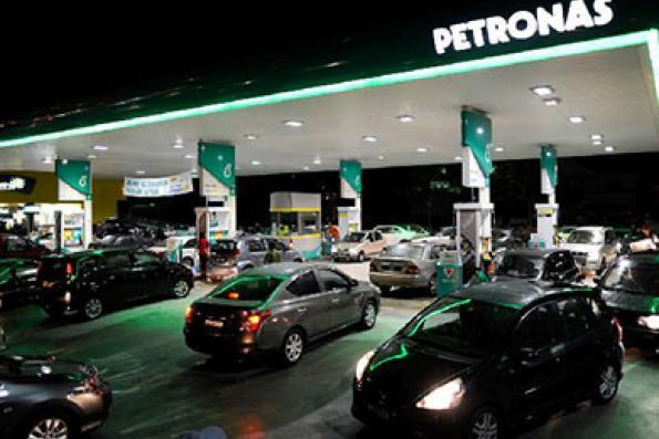 cars_queue_at_petrol_station-RON95_price_increase-011014-TMI-NAJJUA