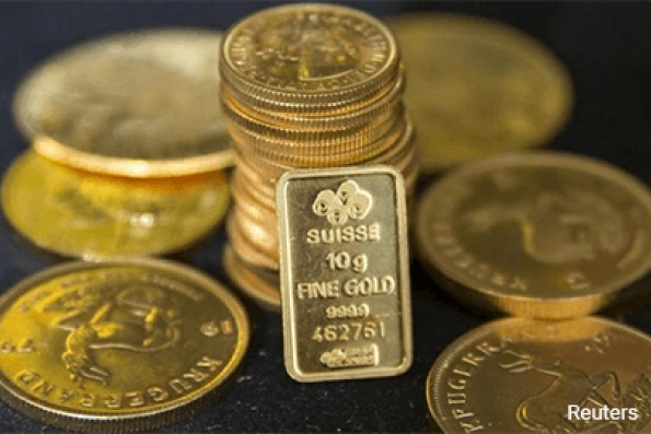 Gold up on political uncertainty, focus on Fed meeting