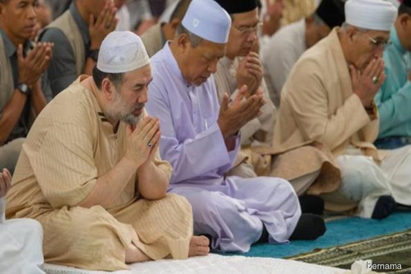 King attends Friday prayers in Kubang Kerian