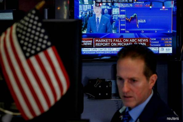 Whipsawed by Washington, Wall St ends modestly lower