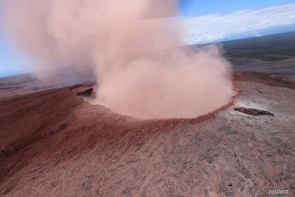 Fresh quakes hit Hawaii after Kilauea volcano erupts, hundreds flee