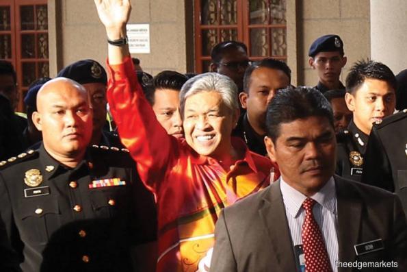 阿末扎希抵达吉隆坡法庭大厦