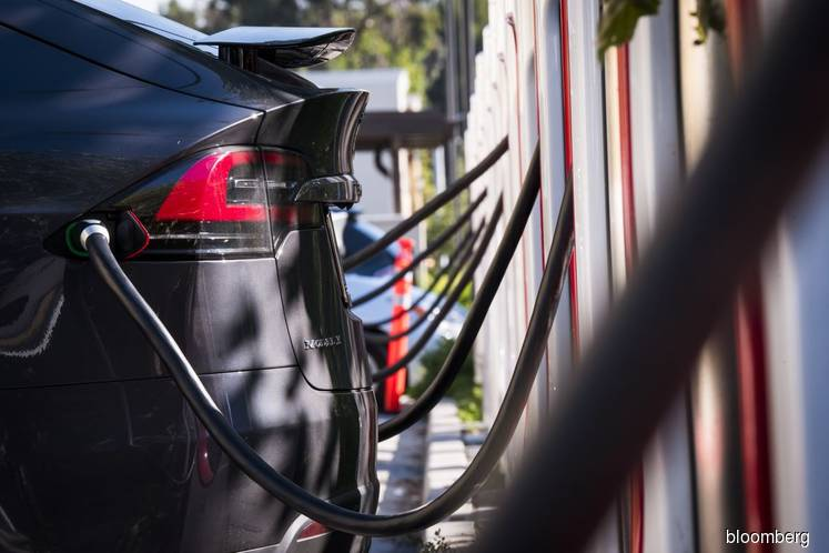 Tesla's gas-savings claims are undercut by plunging pump prices