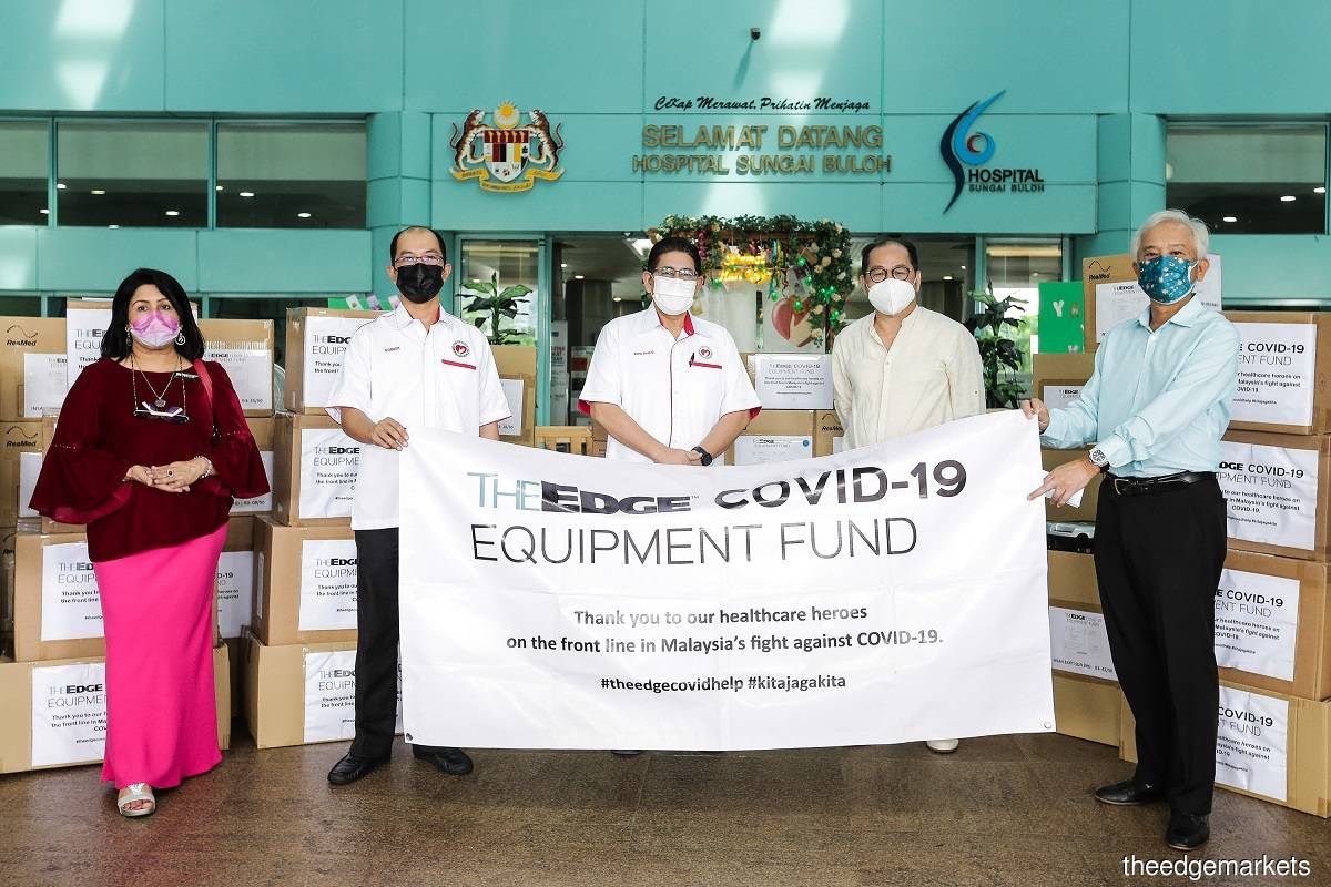 The Edge Media Group's chairman Datuk Tong Kooi Ong (second from right) and chief executive officer and publisher Datuk Ho Kay Tat (first from right) handing over 33 ventilators and five oxygen concentrators to Ministry of Health's secretary-general Datuk Mohd Shafiq Abdullah (centre), deputy state health director (management) ofSelangor State Health Department Wong Kim Han @ Ro (second from left), and Hospital Sungai Buloh director Dr Kuldip Kaur (first from left) at Hospital Sungai Buloh on May 14, 2021.