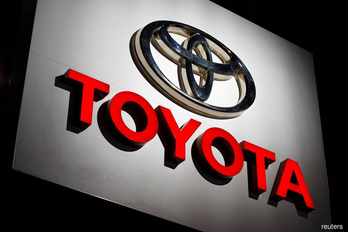 Too early to focus on electric cars only, Toyota says