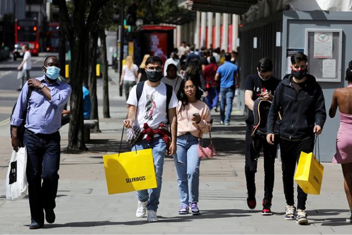 Pedestrians carry shopping bags, amid the Covid-19 outbreak, in London, Britain, July 18, 2020. (File pic by Reuters)
