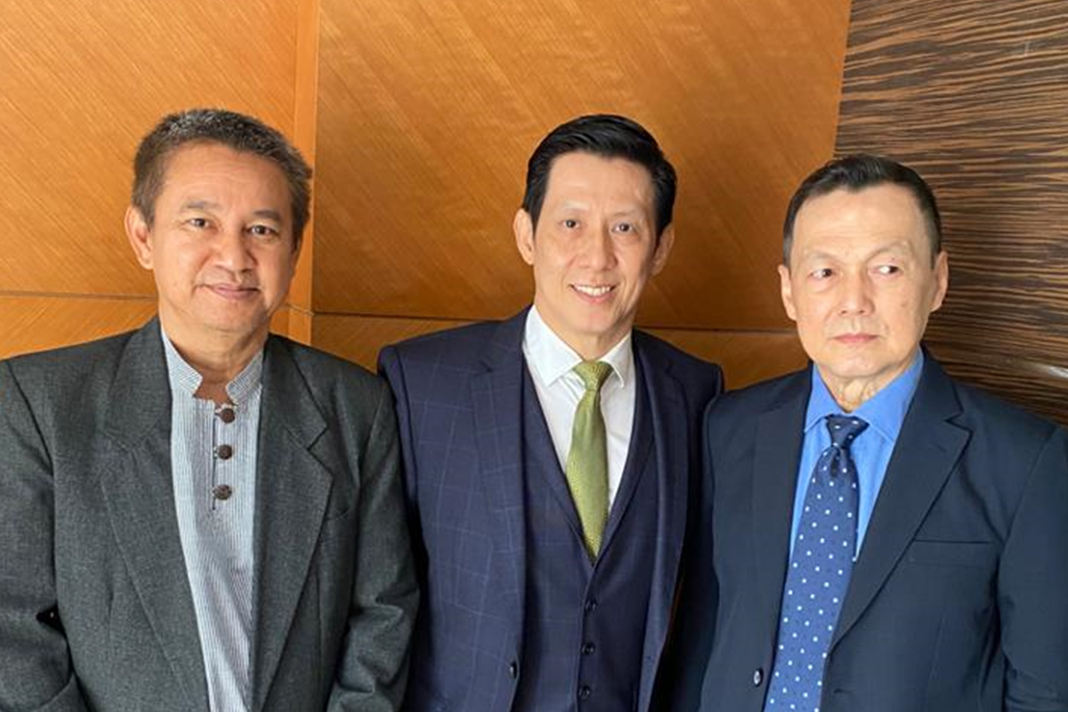 Flanked by two of his Board members, Dato Azahar bin Rasul and Ar. Adrian Lim, Dato Seri Chia Kok Teong is optimistic about the outlook and prospects for the Vivocom Group.