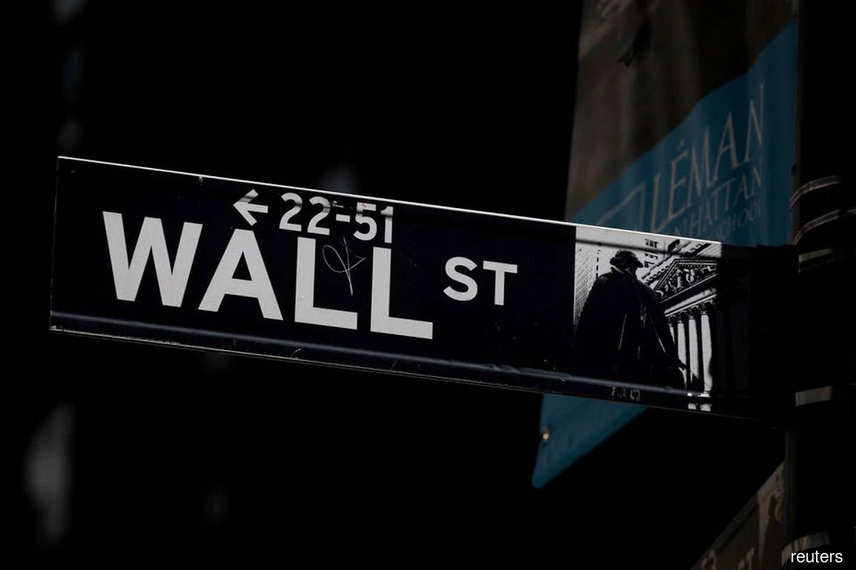 Wall Street ends mostly flat ahead of earnings wave