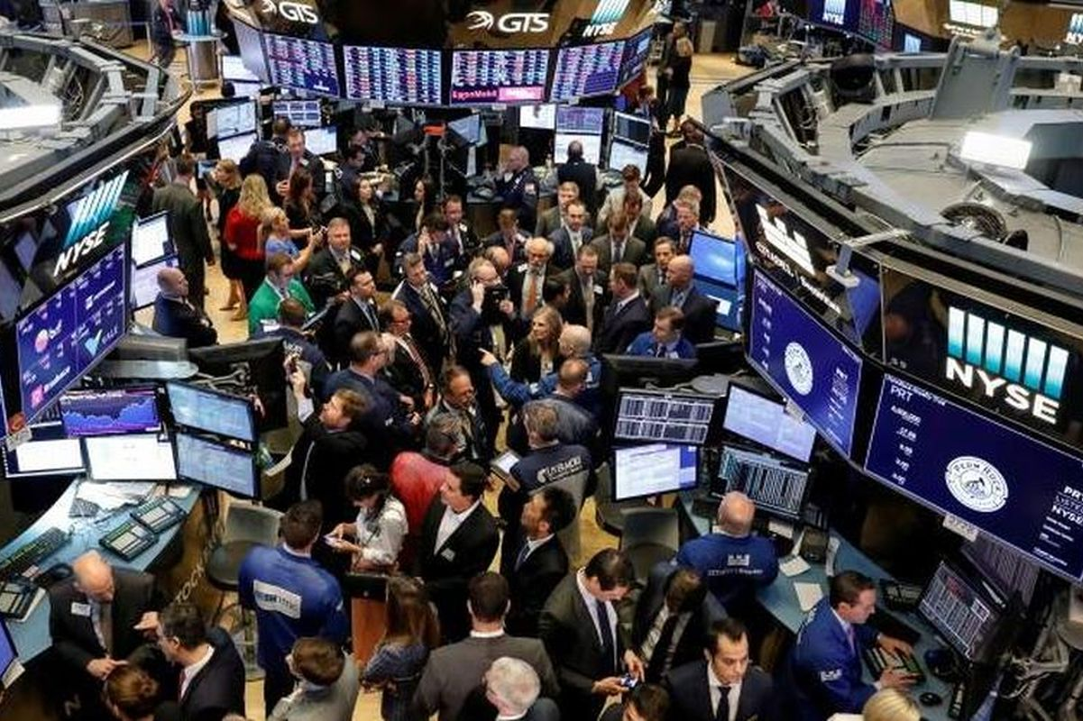 S&P 500, Dow near record highs on solid forecasts from healthcare firms